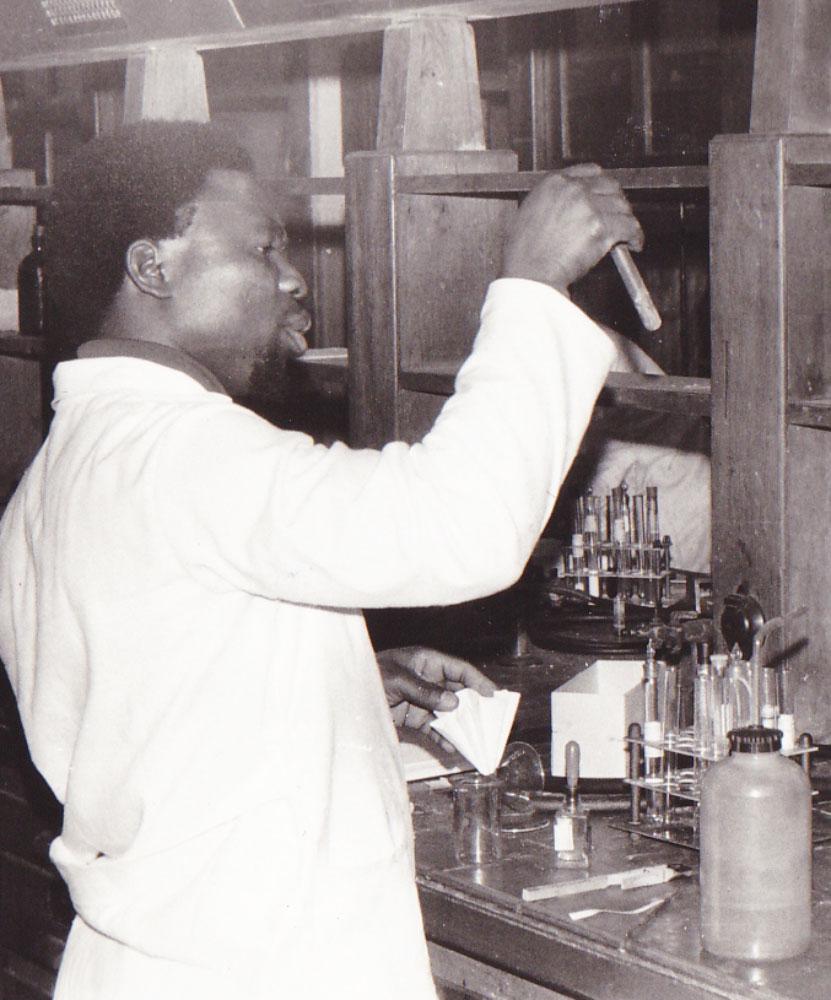 Jacques A. M'Bata im Labor 1977