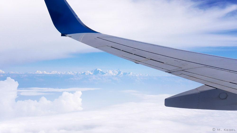 Blick vom Flugzeug auf den Himalaya in Wolken