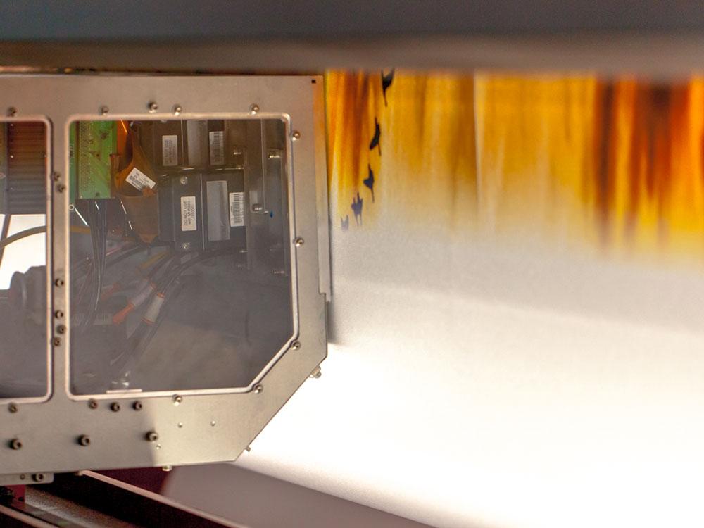 Druckkopf einer Digitaldruckmaschine, Druck auf Recyclingmaterial