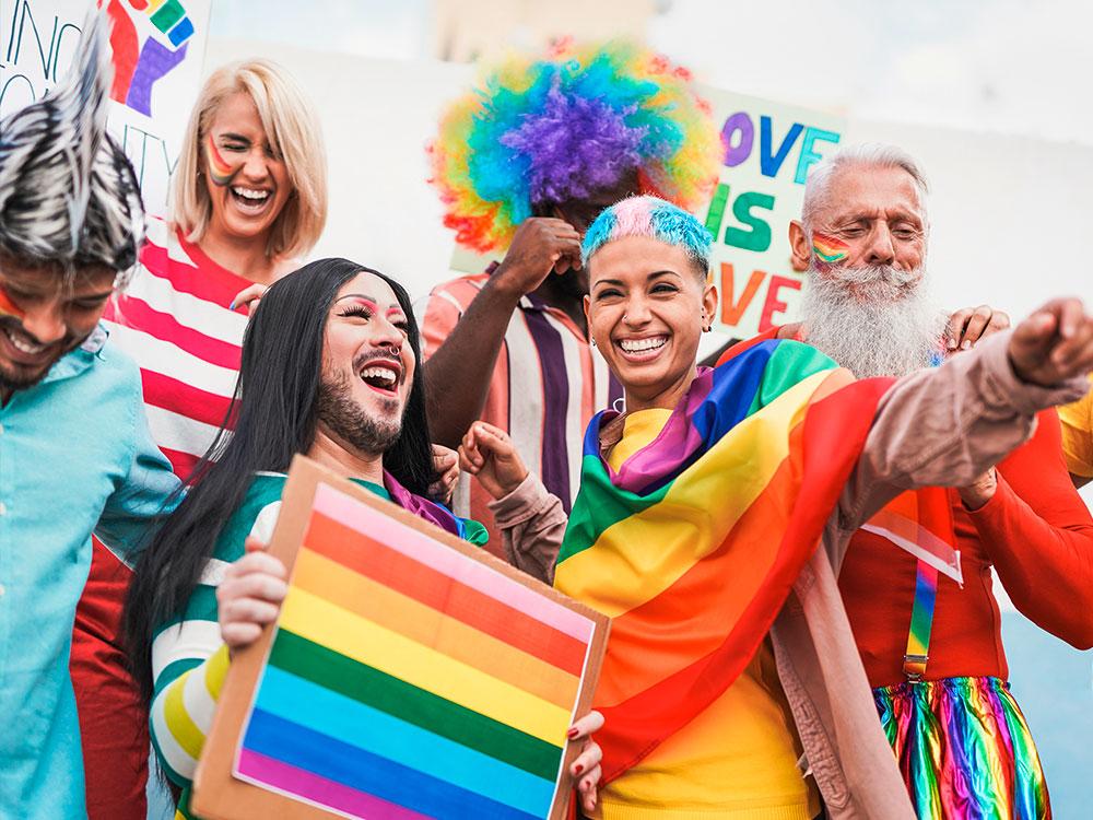 Menschen der LGTB Community mit Regenbogenflagge