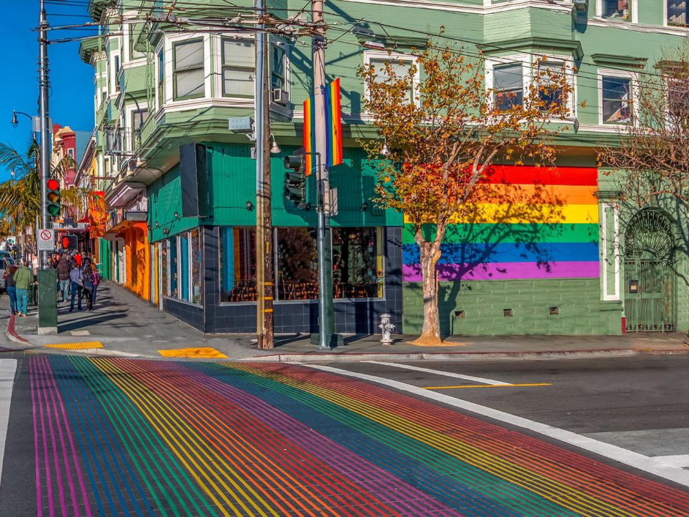 Regenbogenflagge als Fußgängerüberweg an der Castro-Street in San Francisco