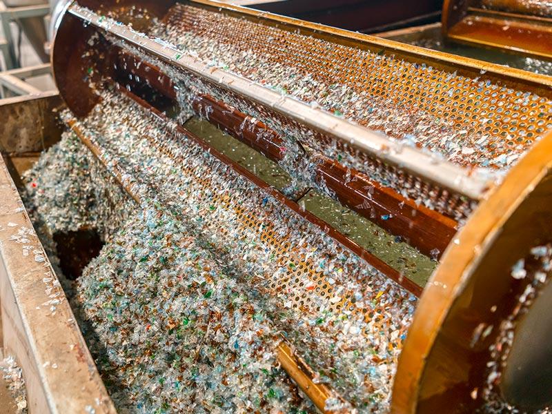 Recyclingfirma, Waschbereich für Kunststoff-Flakes