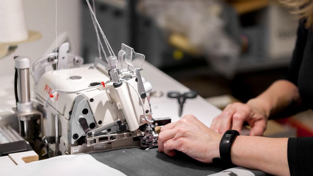 Ausbildung zum technischen Konfektionär, Arbeit an der Nähmaschine